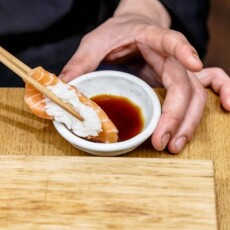 Как правильно подавать и есть суши